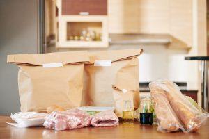Jak pakować żywność, by nie uległa zepsuciu?