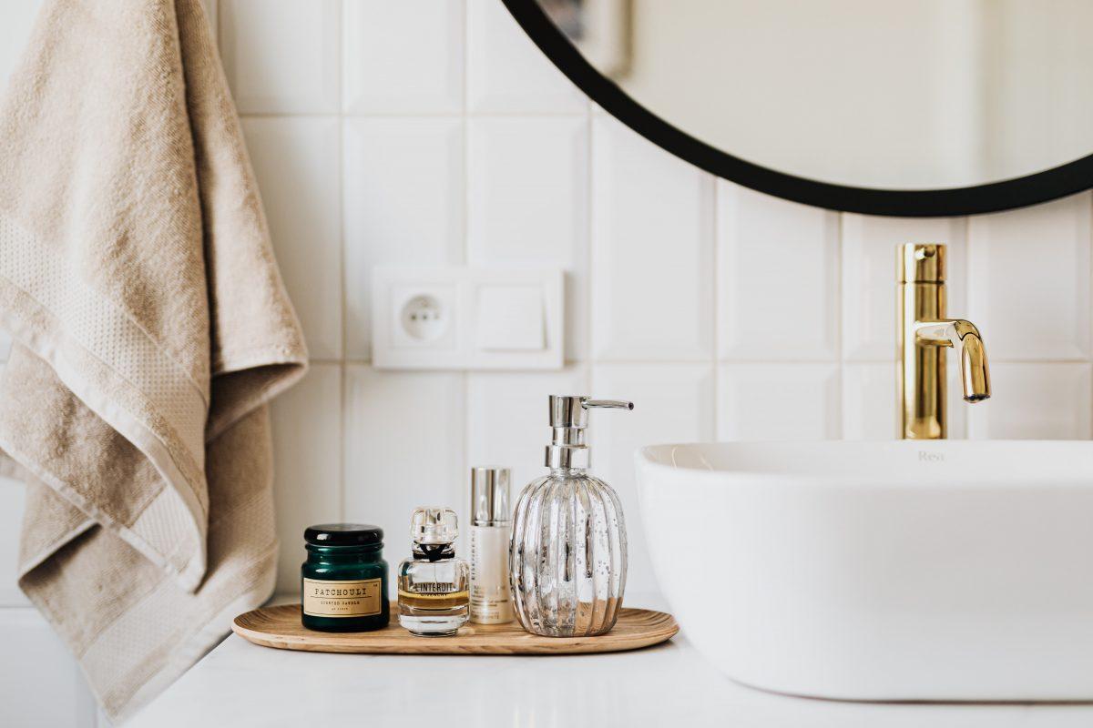 Jak wprowadzić kolory w minimalistycznej łazience?
